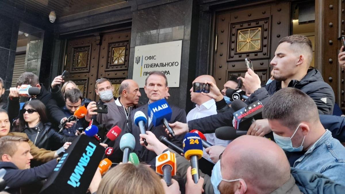 Медведчук спілкується з журналістами після візиту в Офіс генпрокурора / Дмитро Хилюк, УНІАН
