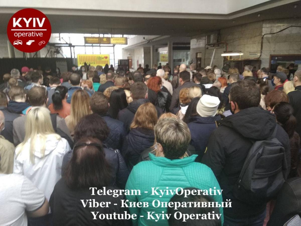 Переполненная станция метро вечером 12 мая / фото: Киев Оперативный Facebook