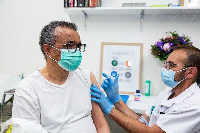 Тедрос Адханом Гебрейесус сделал прививку от коронавируса / фото twitter.com/DrTedros