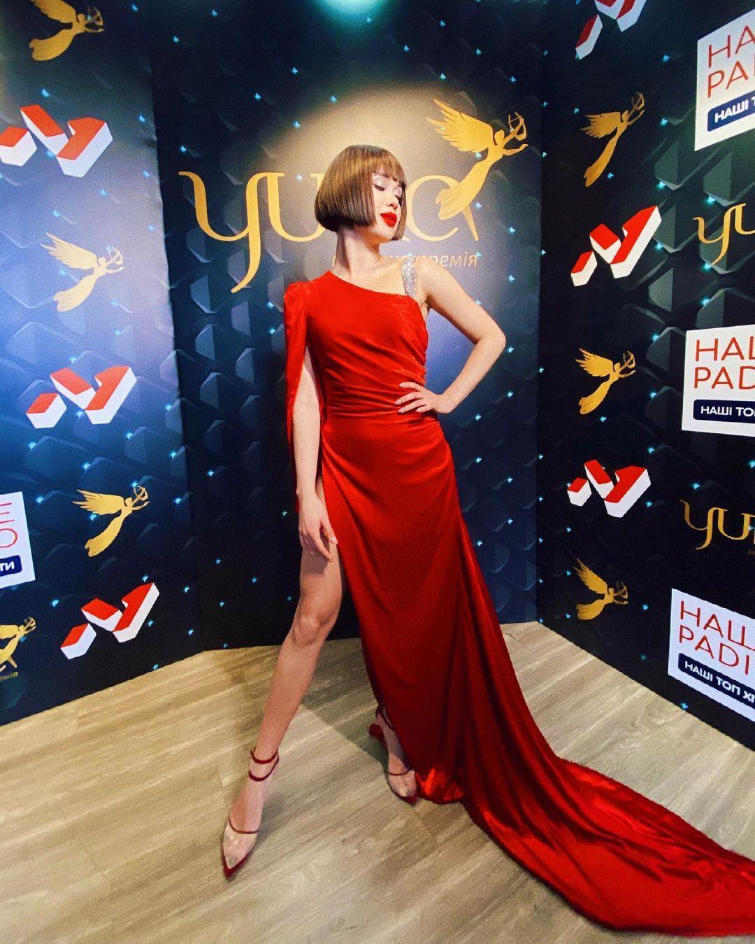 Певица позировала в красном платье / instagram.com/lidalee_official