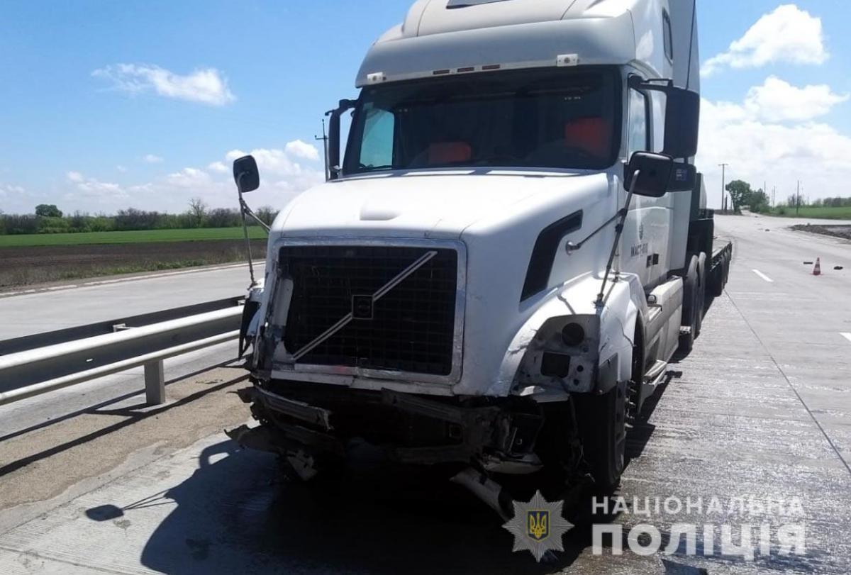 Легковушка, в которой ехали журналисты, столкнулась с грузовиком / фото Нацполиция