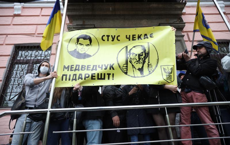 """Плакат принесли учасники акції під Печерським судом / фото """"РБК-Україна"""""""