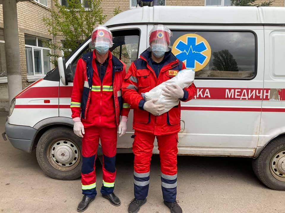 Родилась девочка весом 3,5 кг и ростом 52 см / фото facebook.com/ekstrena.dopomoga.kh