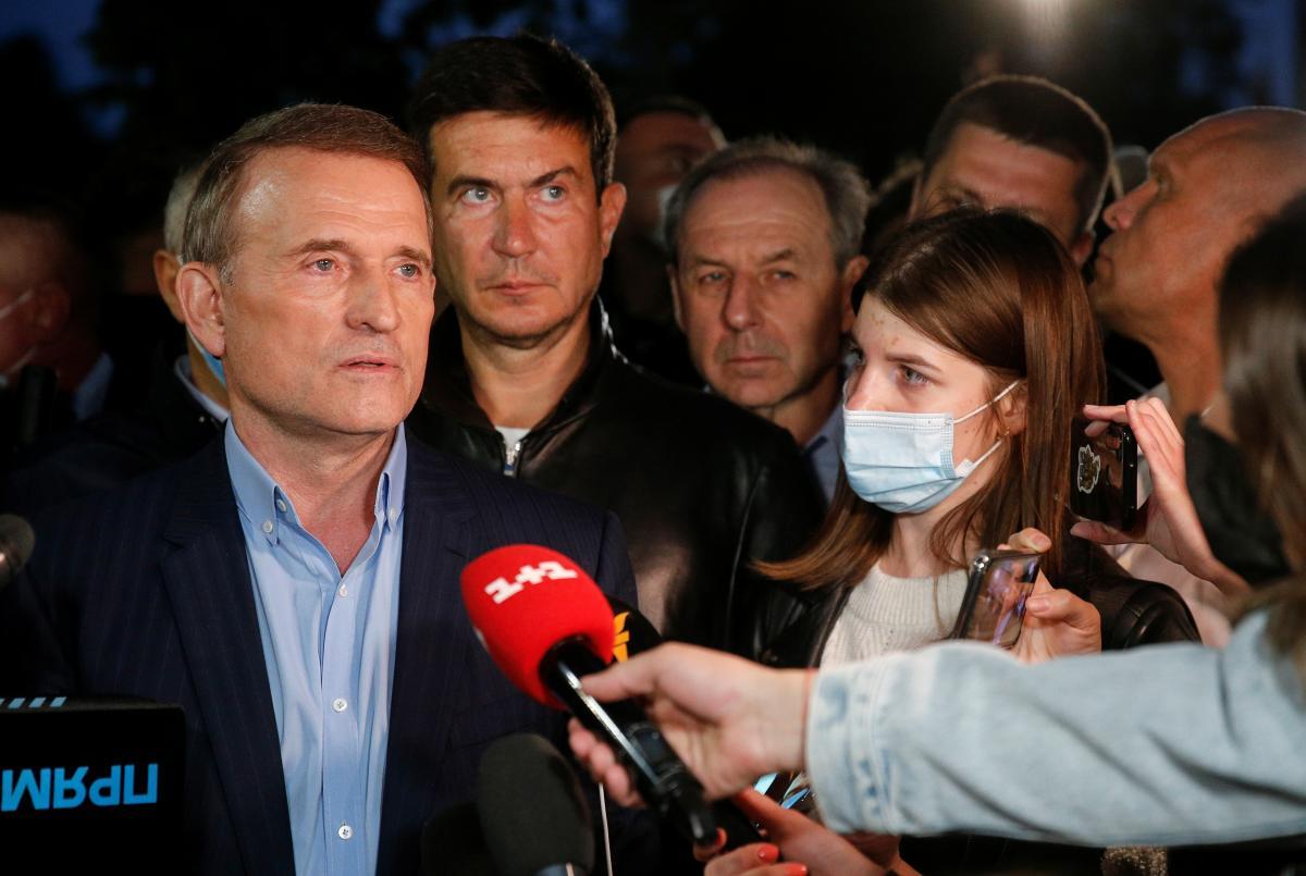 "Под крики ""Медведчук - путинская курва"" подозреваемый уехал из Печерского суда / фото REUTERS"