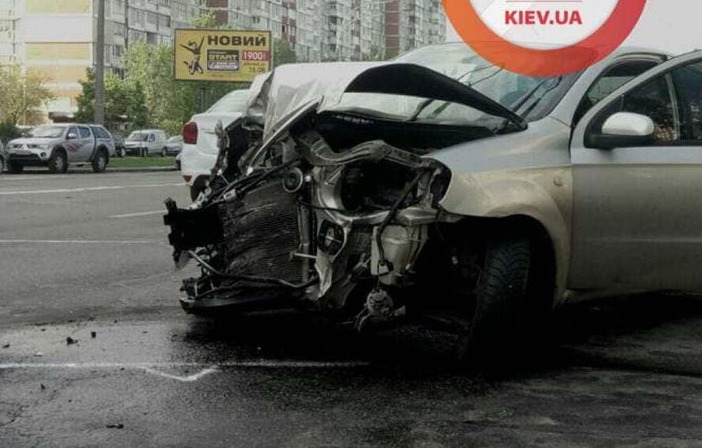 В ДТП на Троещине пострадал пассажир Chevrolet / фото t.me/dtpkievua