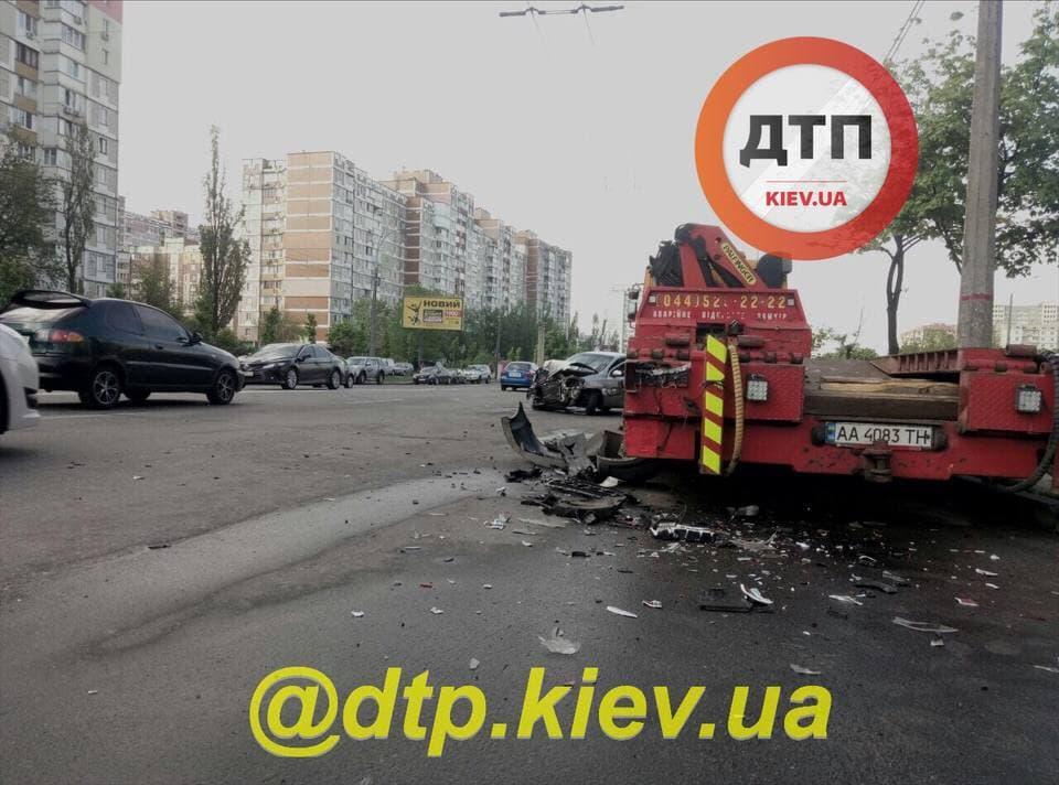В Киеве Chevrolet врезался в припаркованный тягач Mercedes / фото t.me/dtpkievua