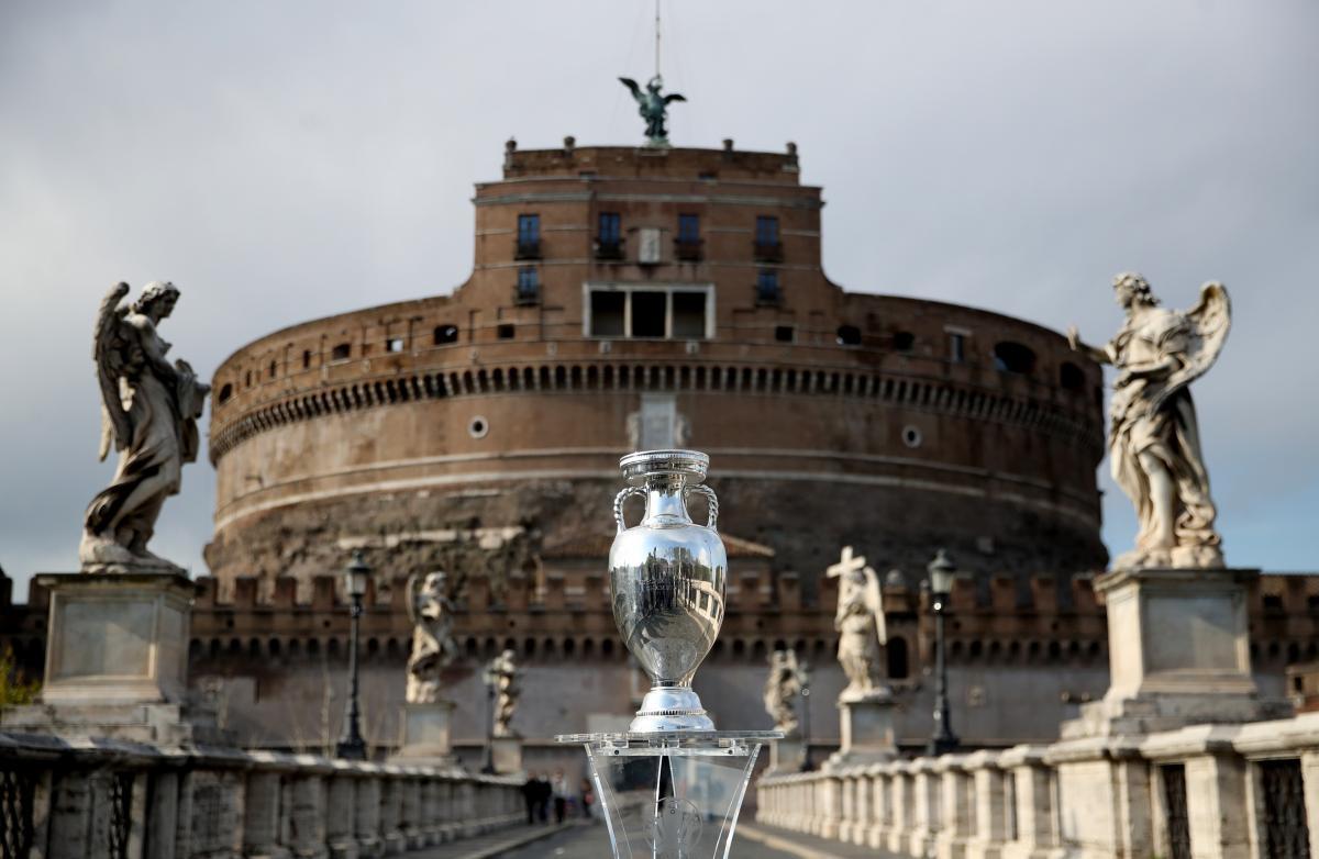 Трофей чемпионата Европы на выставке в Риме / фото REUTERS