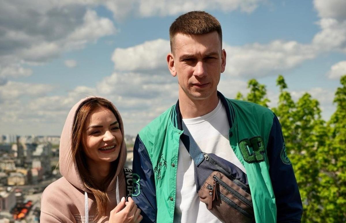 Влюбленные Александр и Виктория отказались снимать цепи / фото instagram.com/wecontacted