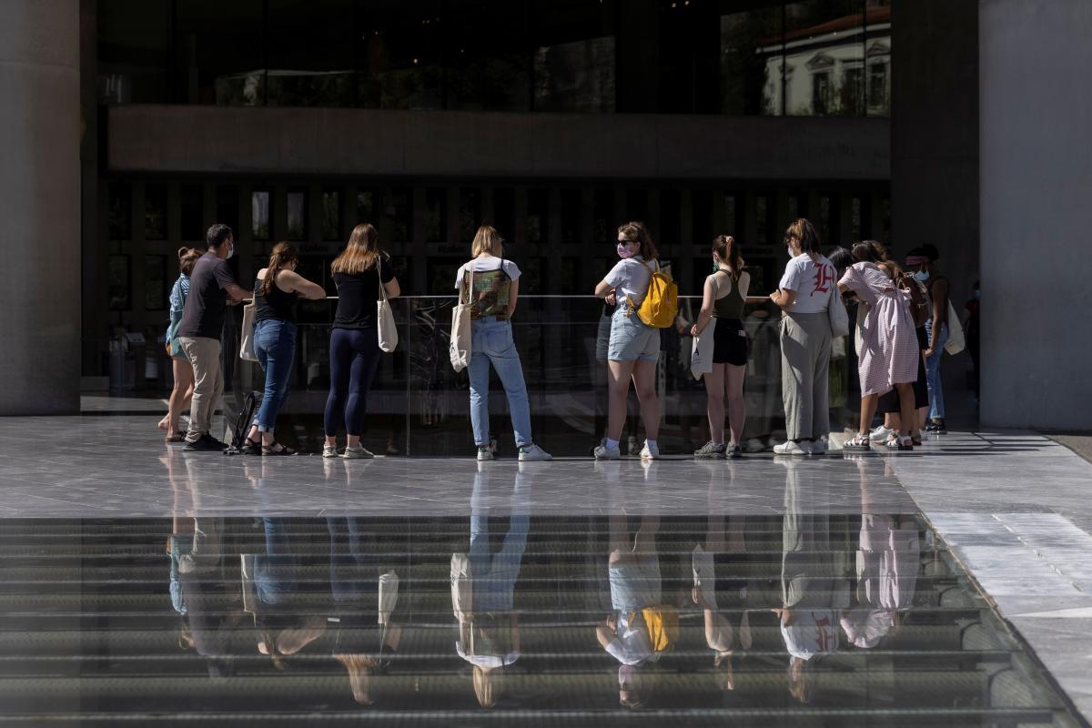 В Греции будут поощрять молодежь вакцинироваться от коронавируса / фото REUTERS