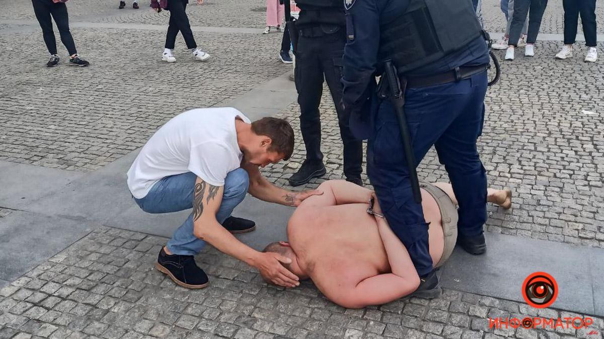 Момент затримання чоловіка / фото: Информатор Днепр