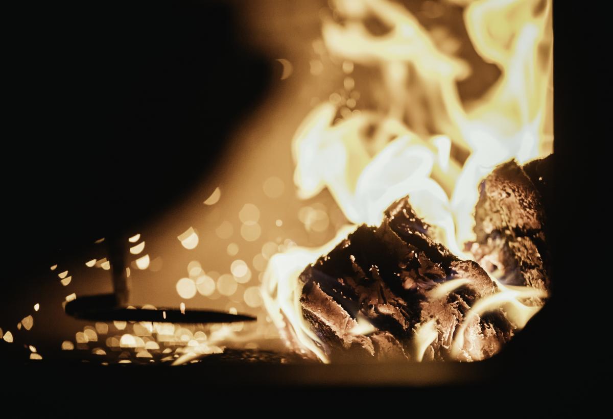 Чтобы угомонить сына и дочь, отец взял кочергу, разогрел ее в печи и отлупил детей / фото ua.depositphotos.com