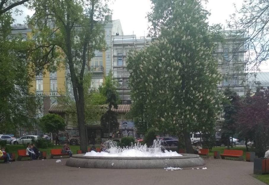Невідомі налили миючий засіб у фонтан на Контрактовій площі / фото kyivcity.gov.ua