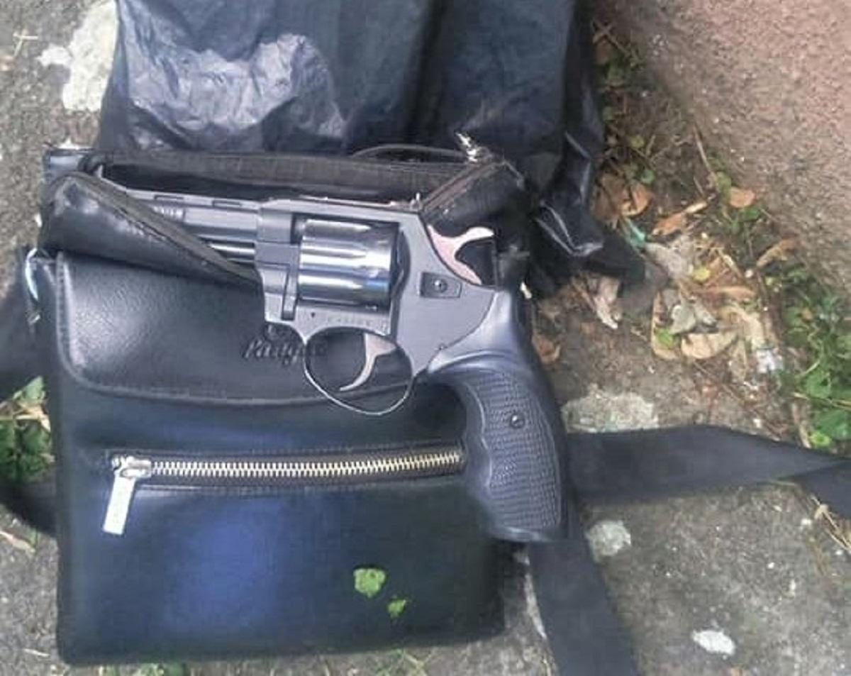 Патрульні затримали чоловіка, який вистрілив у водія автобуса / фото Патрульної поліції