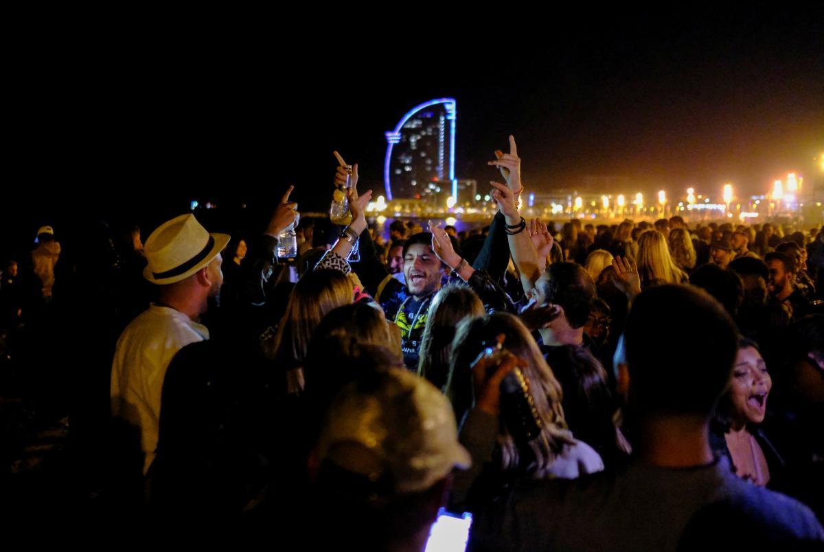 Жителі Барселони вирішили провести перші вихідні після послаблення локдауну з алкоголем та гуляннями/ фото REUTERS