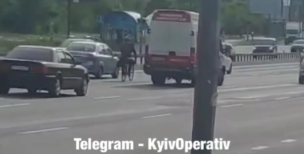Велосипедист ехал в третьей полосе / скриншот