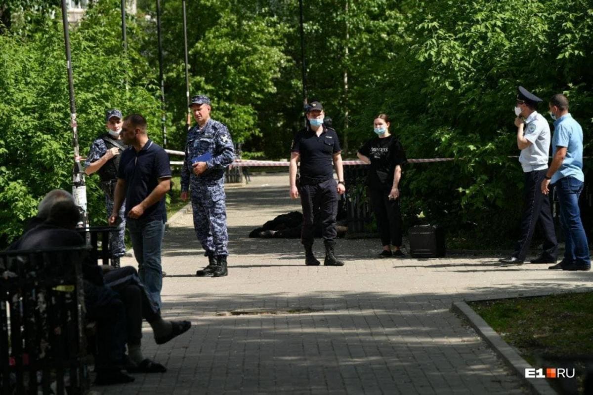 У Єкатеринбурзі невідомий з ножем напав на людей у парку / скріншот відео