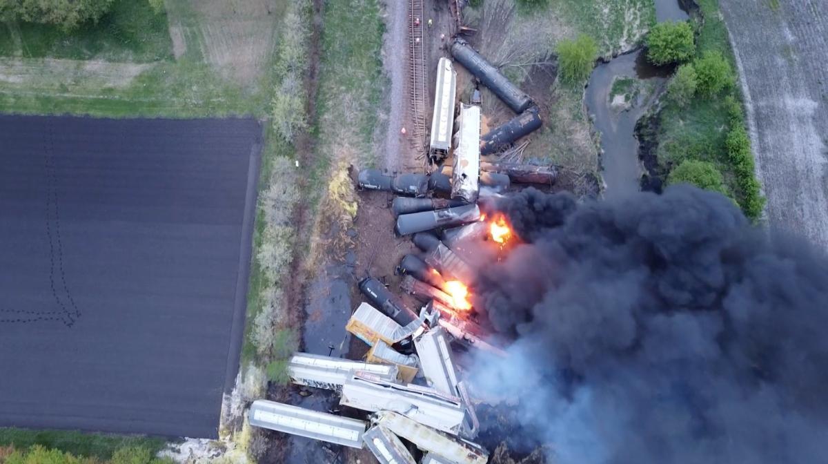 В США сошел с рельсов и загорелся поезд с химикатами / фото REUTERS