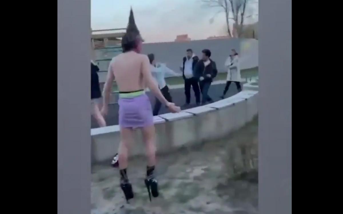 В России избили блогеров, снимавшихролик на детской площадке/ скриншот