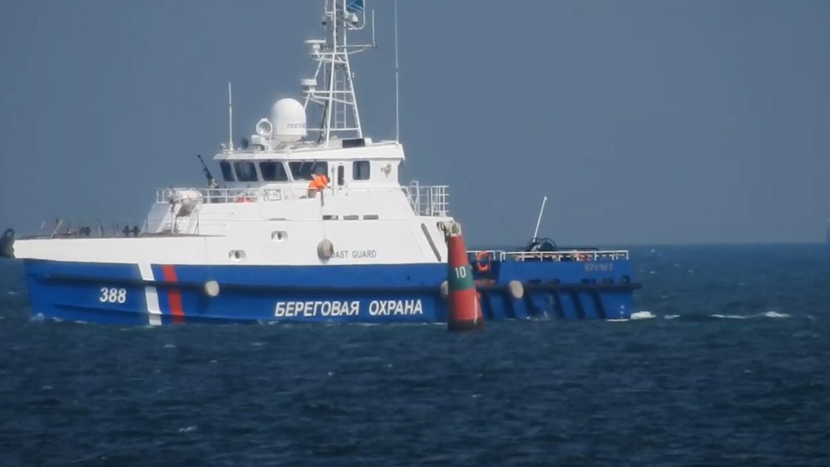 Біля порту Маріуполя чергує корабель Берегової охорони ФСБ РФ / скріншот
