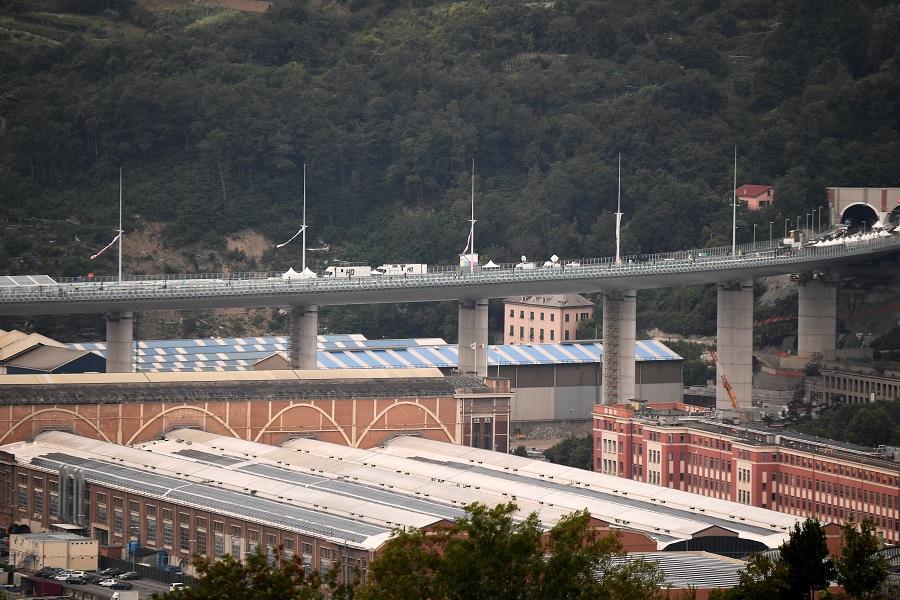 Новый мост напоминает большой белый корабль, который летит над долиной / фото REUTERS