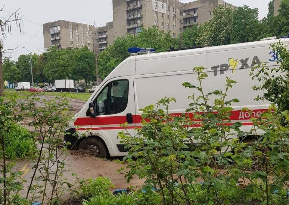 В Харькове посреди города скорая застряла в грязи / фото t.me/truexanews