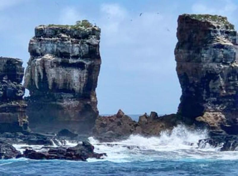 Після обвалення від арки Дарвіна залишилися тільки два стовпи / фото Héctor Barrera, facebook.com/AmbienteEc