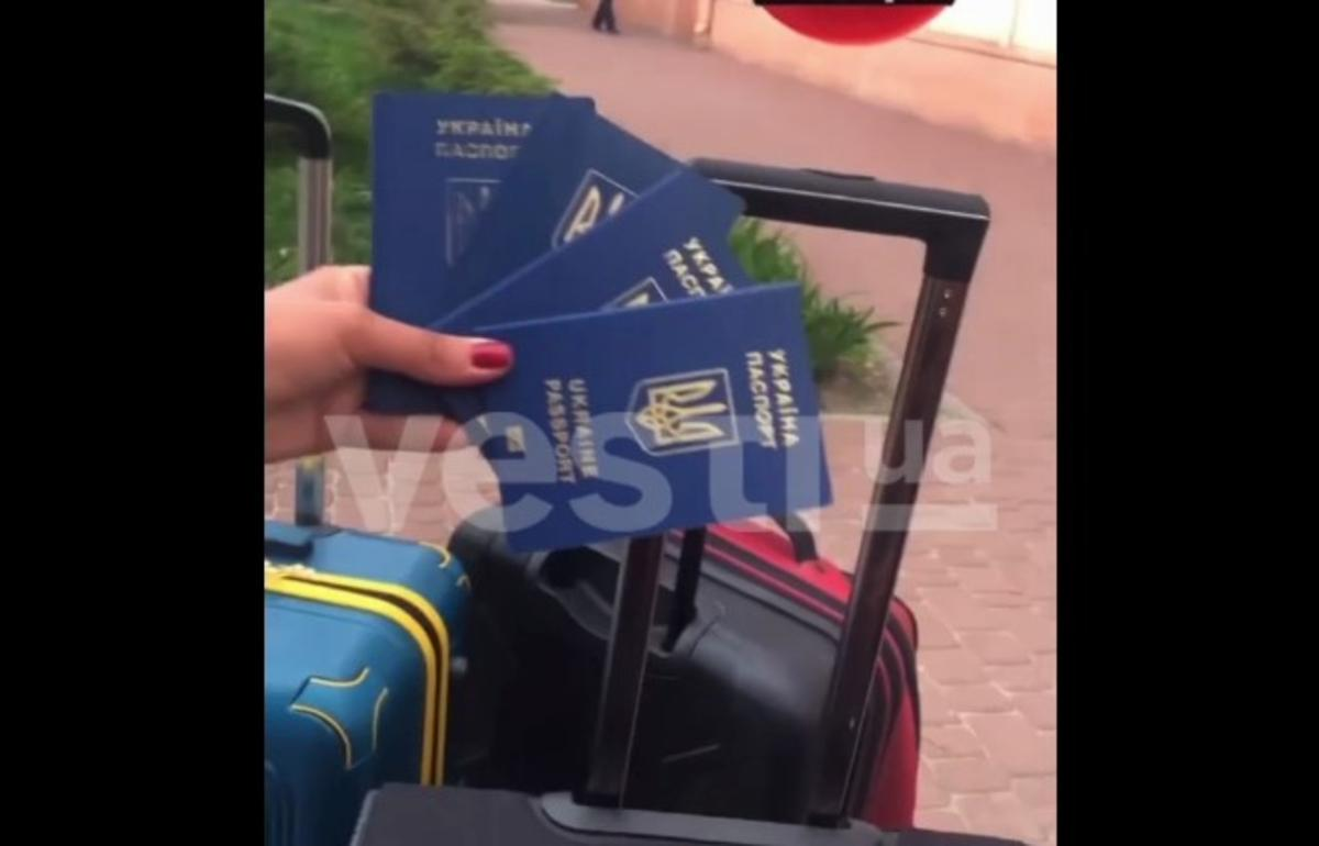 Туристка с детьми выбросили свои загранпаспорта и сняли это на видео / скриншот