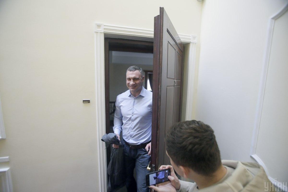 Следственные действия проходили в квартире на несколько этажей ниже квартиры Кличко / фото УНИАН, Борис Корпусенко