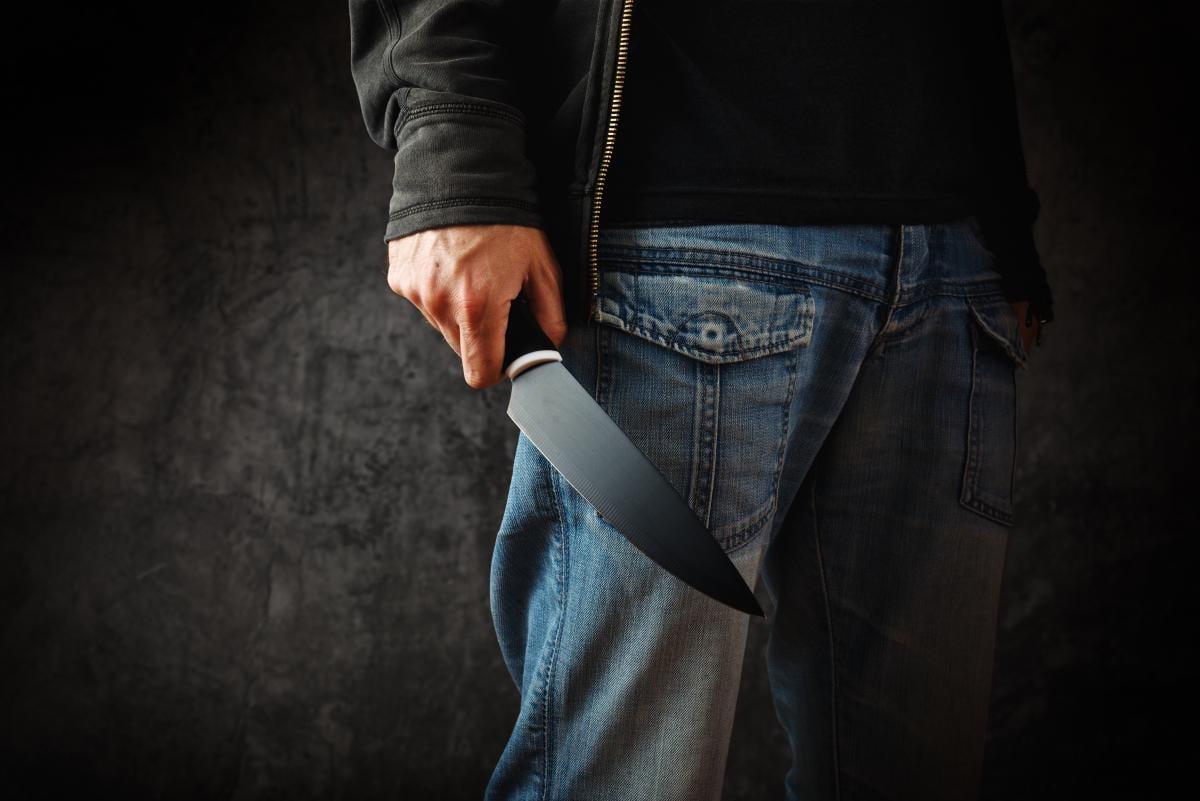 Когда полицейский бросился на помощь мужчине, тот начал размахивать ножом в разные стороны / фото ua.depositphotos.com