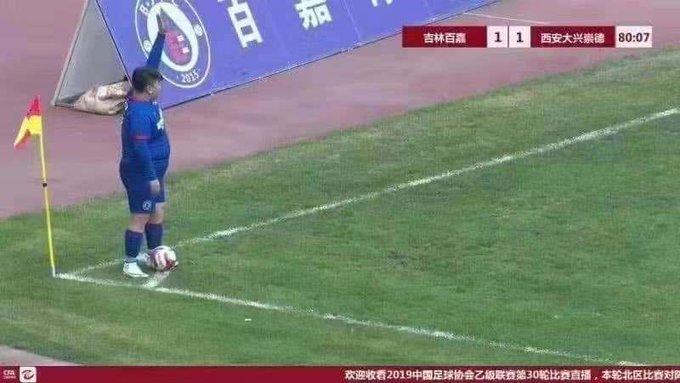 Фото з футболістом під час одного з матчів вже стало вірусним у соцмережах \ @FootballMemesCo