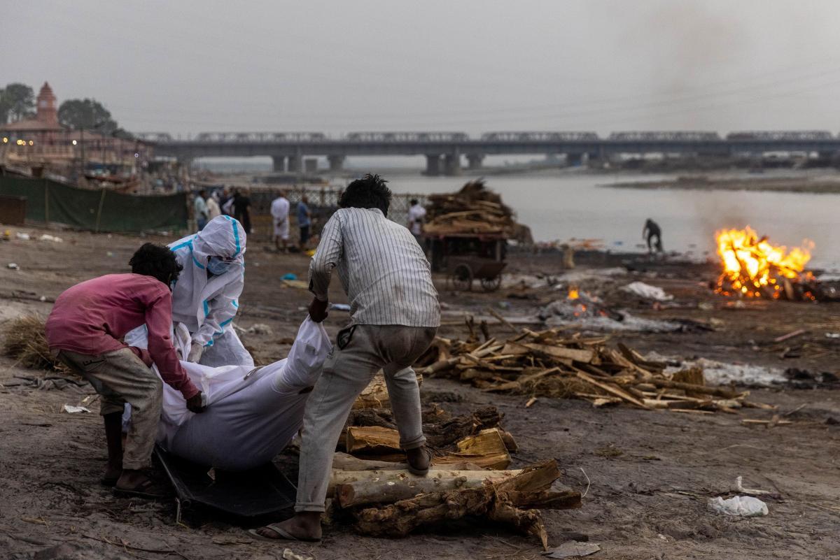 На берегах индийского Ганга находят сотни мертвецов / фото REUTERS