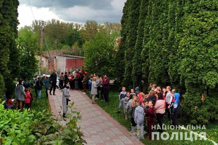 Из-за сообщения о взрывчатке на Тернопольщине эвакуировали школу / фото Национальной полиции