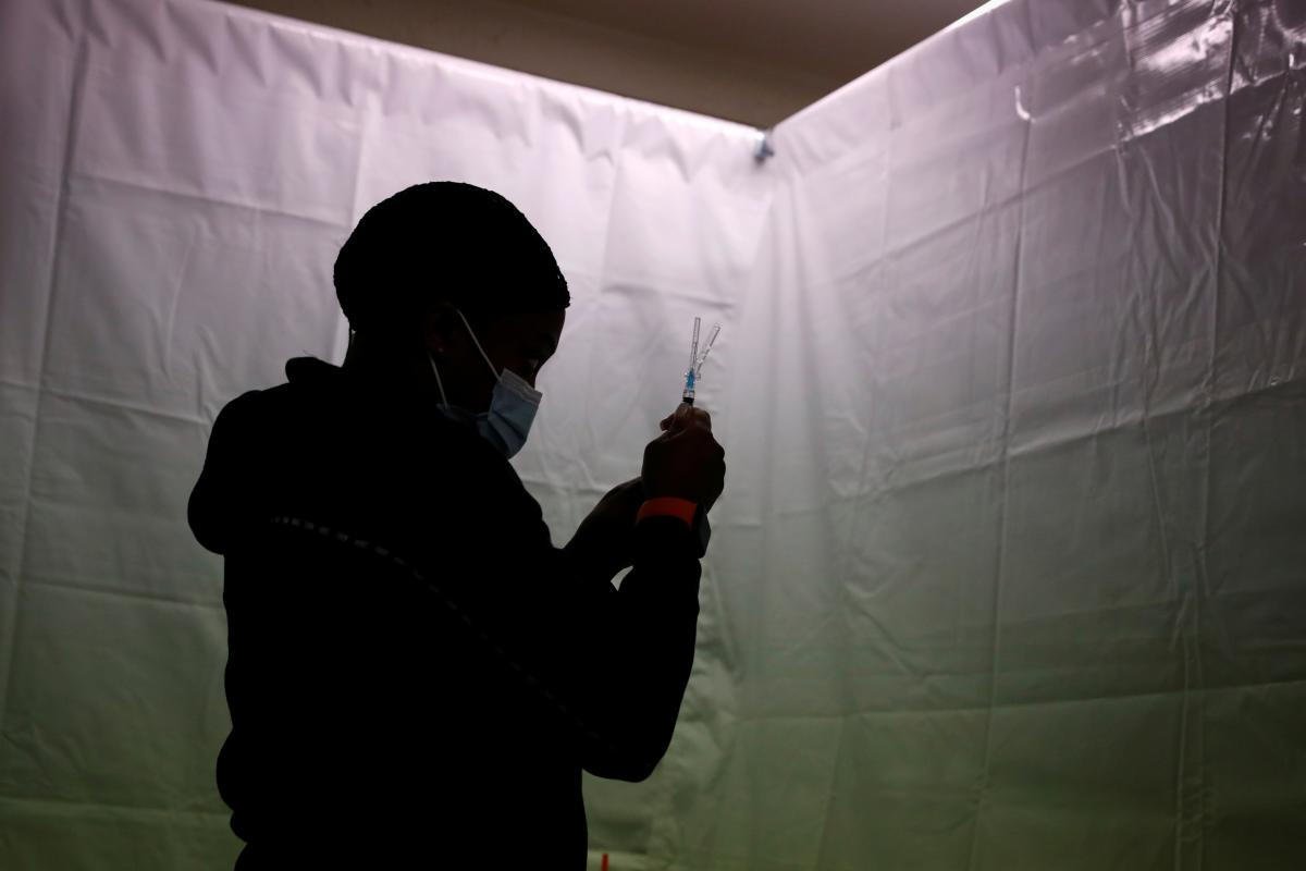 Украина начала вакцинацию крымчан / REUTERS