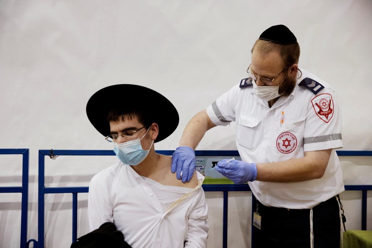 В Ізраїлі вже починають вакцинувати 16-річних /фото REUTERS