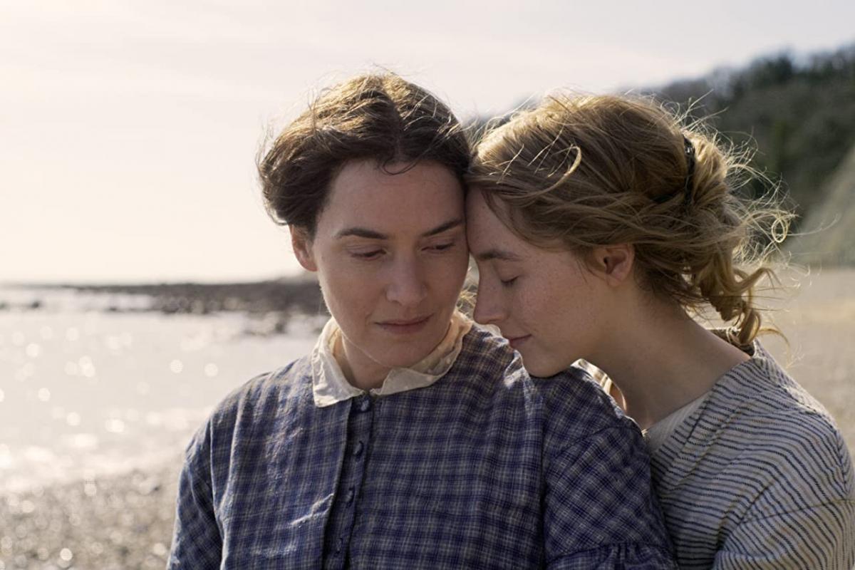 Кейт Уинслет и Сирша Ронан / кадр из фильма «Аммонит»