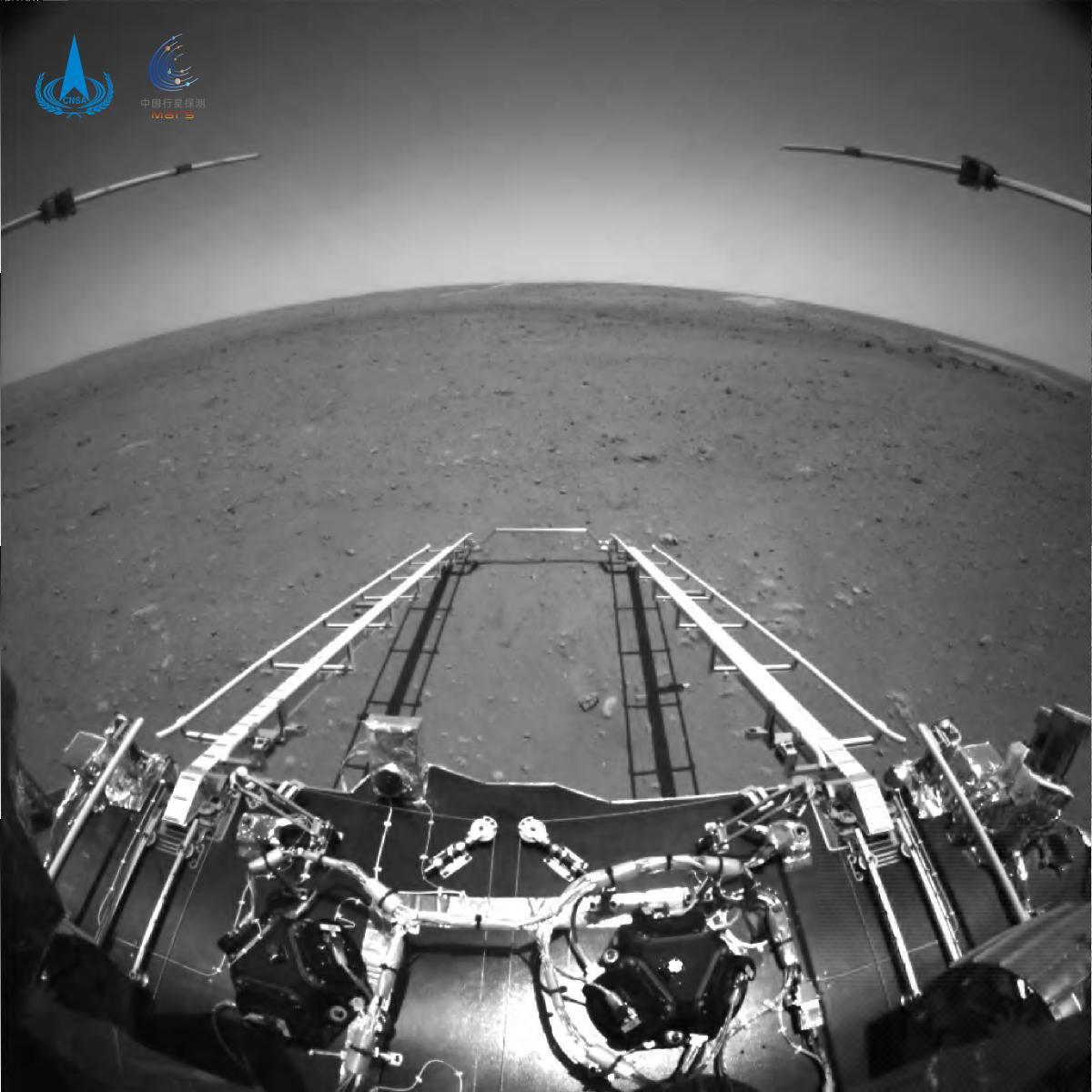 Горизонт виглядає викривленим через ширококутну камеру / фото CNSA