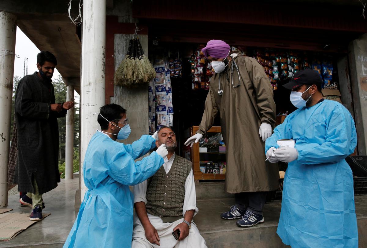 """На фоне эпидемии """"черной плесени"""" в Индии появилась инфекция """"белая плесень"""" / фото REUTERS"""