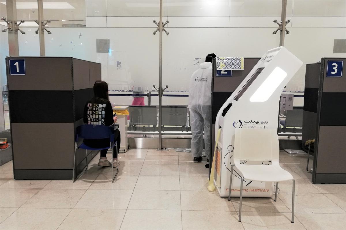 Ось так в ОАЕ туристів тестують на COVID відразу в аеропорту / фото Марина Григоренко