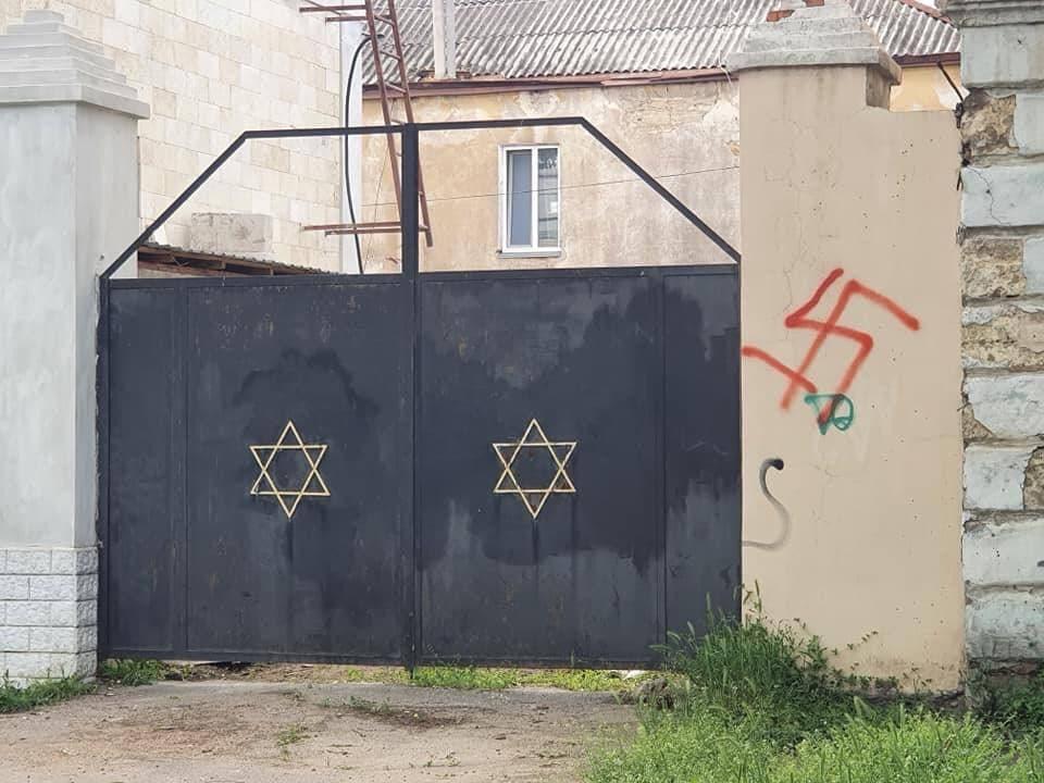 У Миколаєві намалювали свастику біля синагоги / фото ОЕОУ