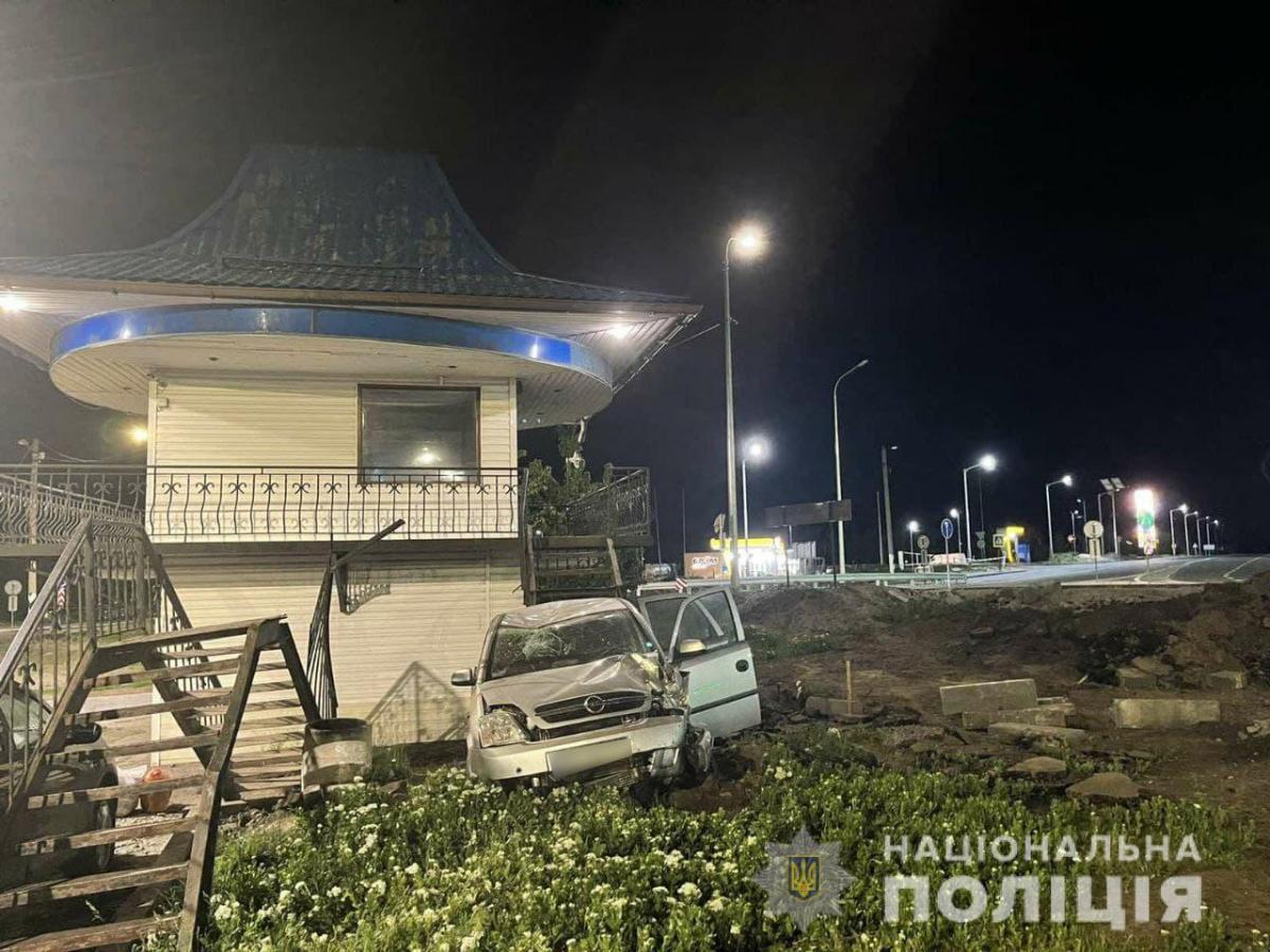 Машина с ребенком в салоне врезалась в пост полиции / фото Национальной полиции