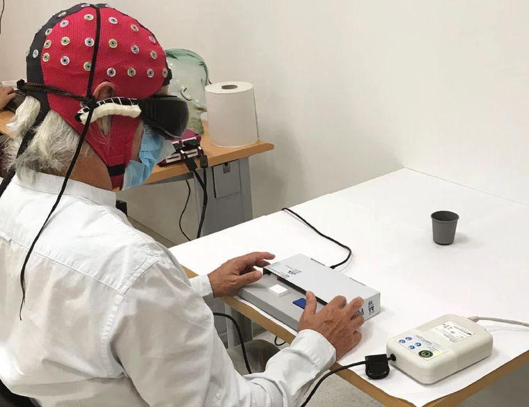 58-летний мужчина, которому частично вернули зрение с помощью оптогенетики, во время одного из экспериментов на проверку качества восстановления зрения / фотоJosé-Alain Sahel et al. / Nature Medicine