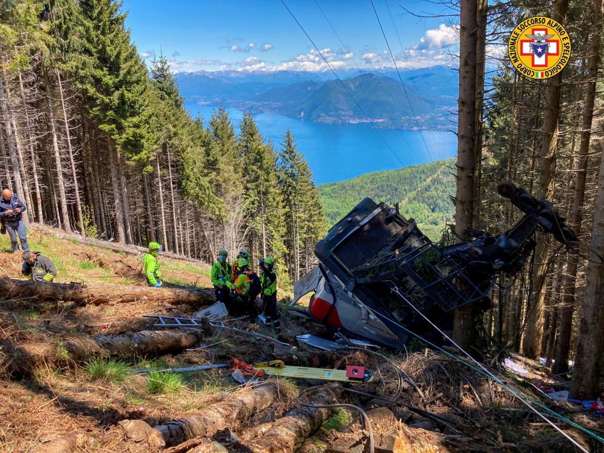 23 мая в горах Италии на канатной дорогеоборвалась кабина с пассажирами/ фото REUTERS