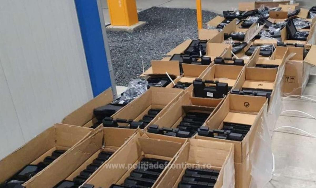 Оружие было спрятано в грузовике с мебелью/ фото politiadefrontiera.re