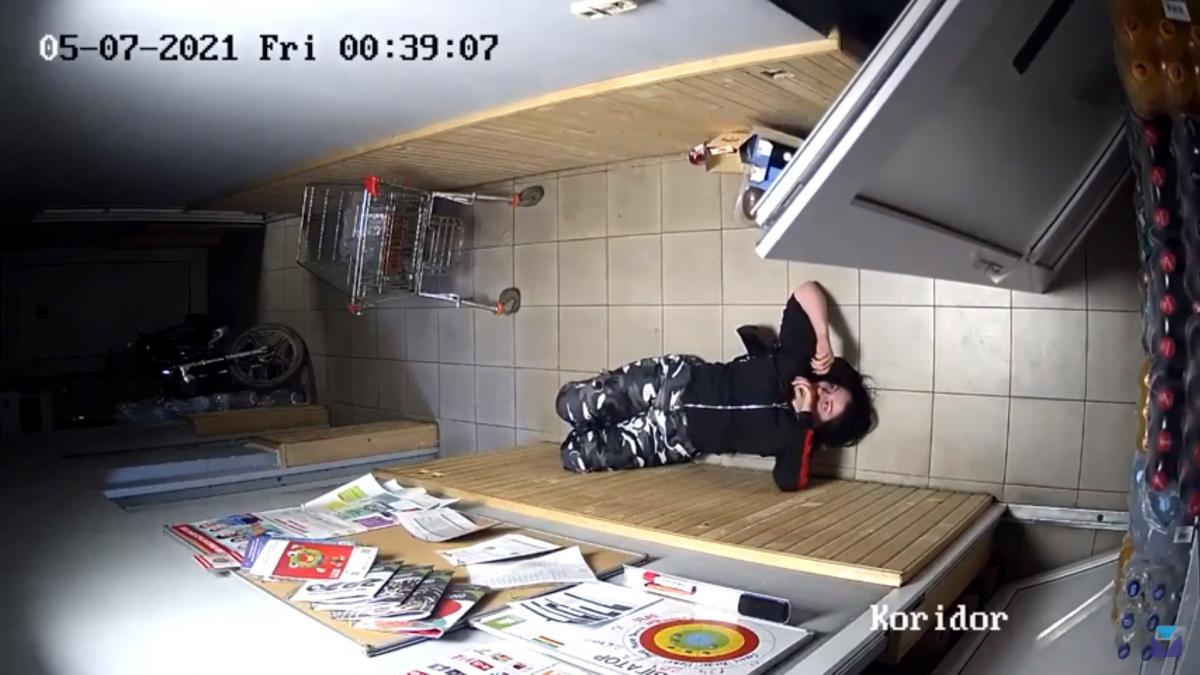 Мужчины повалили девушку на землю / скриншот из видео