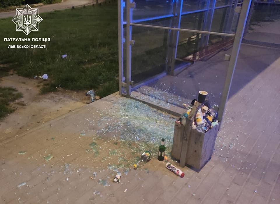 Так выглядела остановка после акта вандализма / фото: Патрульная полиция Львовщины
