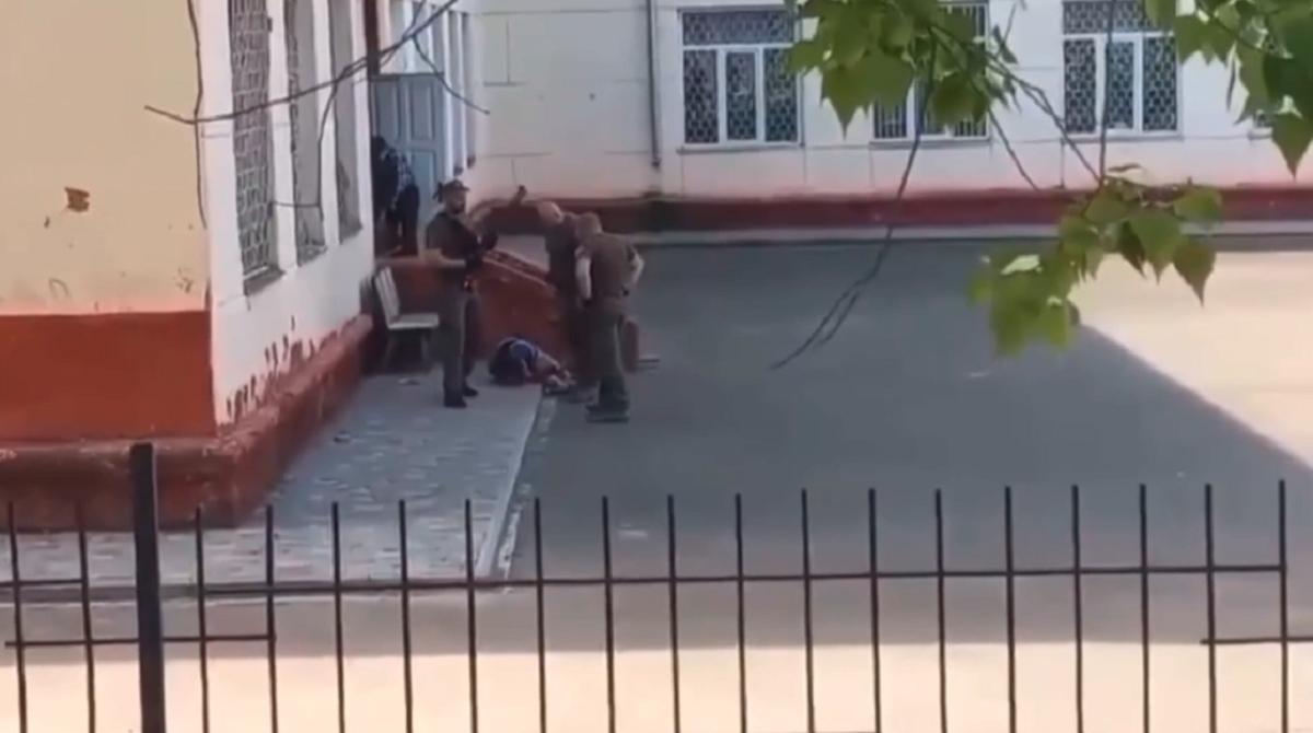В Черноморске работники муниципальной стражи применили оружие у здания школы / скриншот