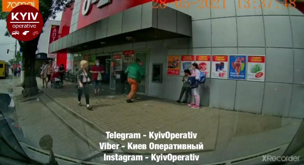 Неадекват бросался на банкомат и людей / скриншот