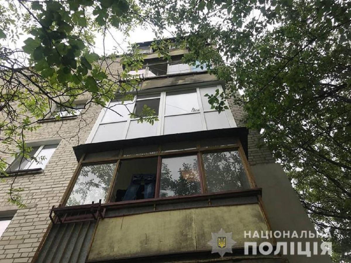 Мать мальчика, который едва не выпал из окна, рассказала, что употребляет наркотики / фото Национальной полиции