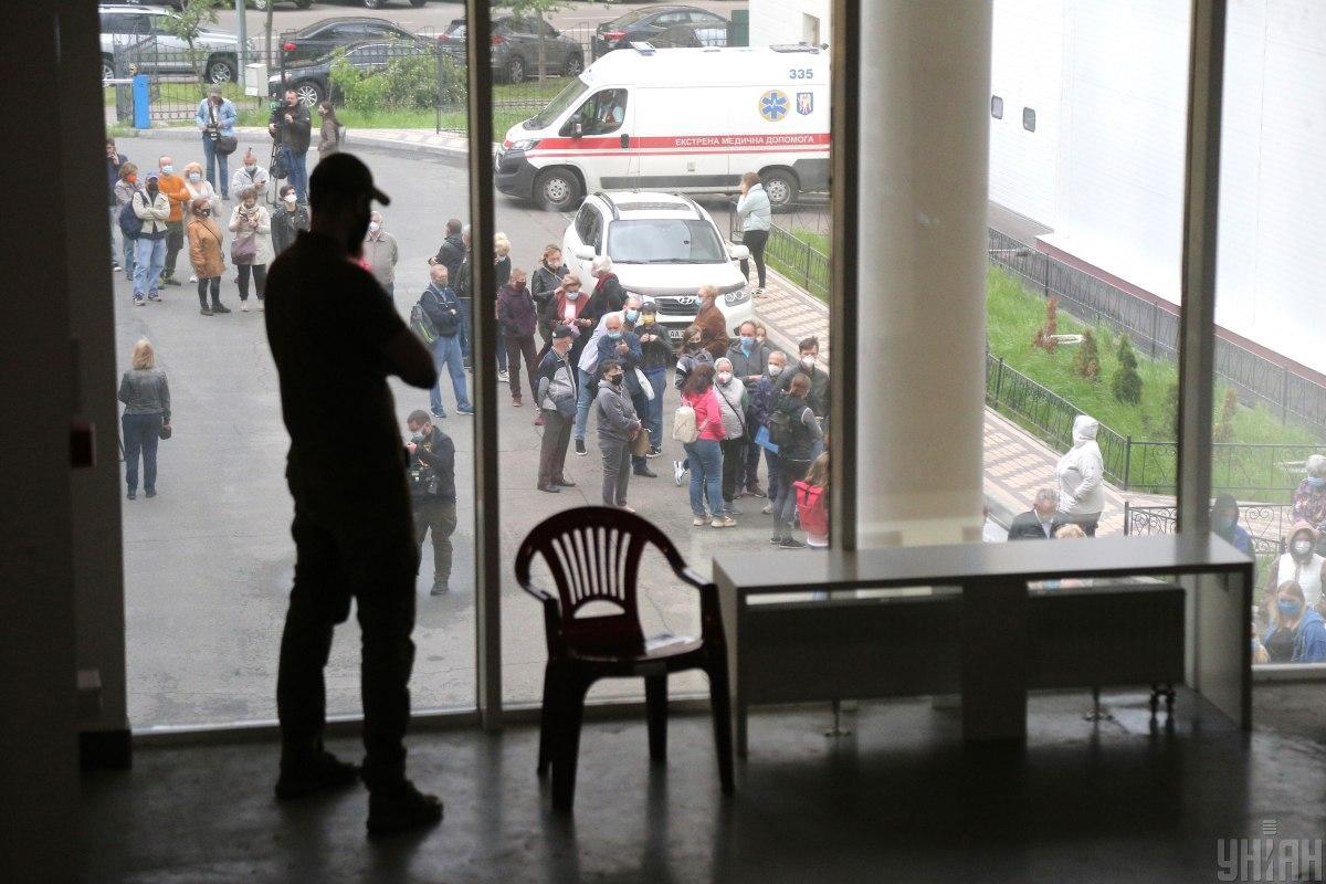 5 июня, очередь в МВЦ киевляне начали занимать в 5-6 утра/ фото УНИАН