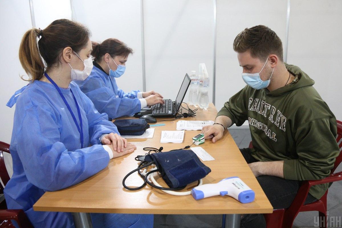 После прививки медики выдают памятку с рекомендациями, как действовать, если организм отреагирует на вакцинацию / фото УНИАН